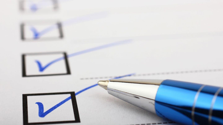 Pflegeleistungen beantragen: Ein Kugelschreiber liegt auf einem Blatt Papier, offenbar ein Antragsformular.