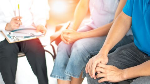 Chlamydien: Ein Mann und eine Frau sitzen neben einem Arzt, der ein erstes Patientengespräch mit ihnen führt.