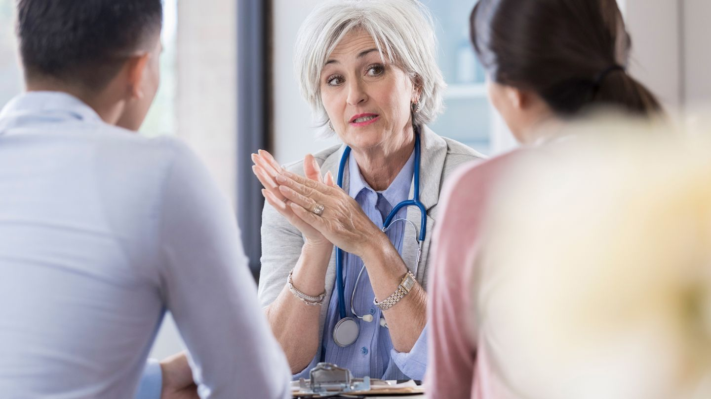 Fruchtbarkeitsstörung: Eine Ärztin redet mit einem Paar.