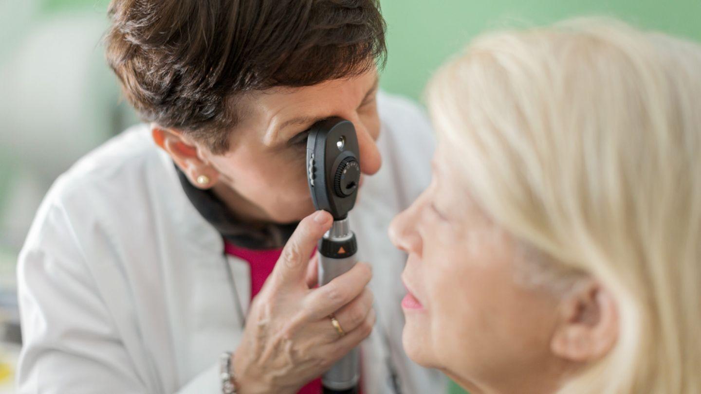 Glaukom: Eine Ärztin schaut durch ein Skiaskop in das Auge einer Patientin.