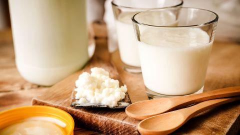 Laktose-Intoleranz: Ein Tisch, auf dem Milch-Gläser stehen und eine Schale mit Milchreis liegt.