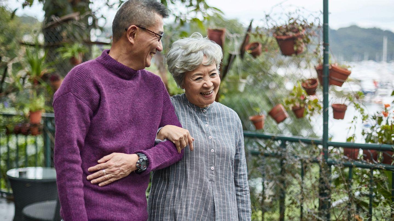 Pflegezeit und Familienpflegezeit: Ein Herr geht mit seiner Mutter spazieren. Beide lachen gemeinsam.