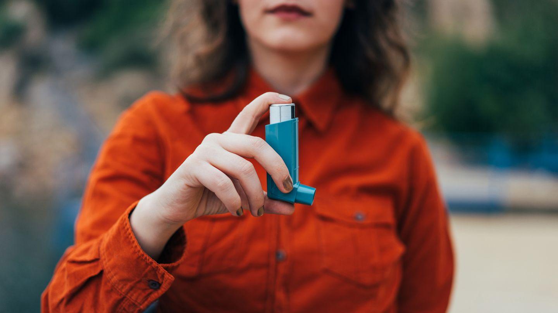 Asthma: Eine Frau hält ein Inhalier-Gerät in der Hand.