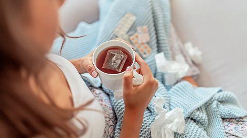 Erkältung: Eine Frau hält eine Tasse Tee in der Hand.