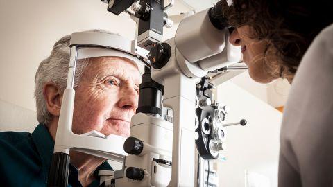 Makuladegeneration: Ein Mann lässt seine Augen beim Optiker untersuchen.