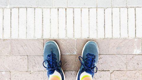Zwangsstörungen: Füße mit Turnschuhen stehen auf einem gepflasterten Weg.